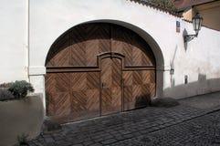 Puerta de madera - Praga vieja Foto de archivo
