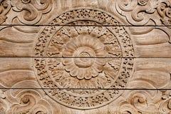 Puerta de madera rústica con los modelos en el viejo estilo, arte tradicional Imagenes de archivo