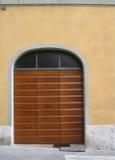 Puerta de madera rayada del garaje en la calle urbana en Siena, Italia Imágenes de archivo libres de regalías