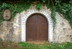 Puerta de madera redonda de una acción del vino Fotos de archivo libres de regalías
