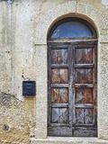 Puerta de madera resistida con el arco Fotografía de archivo