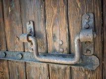 Puerta de madera retra vieja con el armario del hierro del vintage Fotografía de archivo
