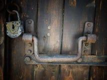 Puerta de madera retra vieja con el armario del hierro del vintage Imagen de archivo