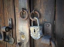 Puerta de madera retra vieja con el armario del hierro del vintage Imágenes de archivo libres de regalías