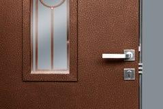 Puerta de madera roja con la cerradura y la manija del oro imagenes de archivo