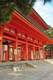 Puerta de madera roja de la capilla de Heian en Kyoto, Japón Imagen de archivo libre de regalías
