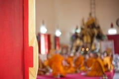 Puerta de madera roja en el templo Fotografía de archivo