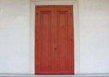 Puerta de madera roja vieja Fotos de archivo libres de regalías