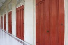 Puerta de madera roja vieja Imagen de archivo libre de regalías