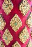 Puerta de madera tallada en el templo de Tailandia Fotografía de archivo libre de regalías