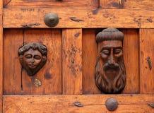 Puerta de madera tallada mano antigua Imágenes de archivo libres de regalías