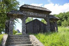 Puerta de madera tallada tradicional en el territorio Barsana m de madera imagenes de archivo