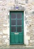 Puerta de madera verde en una pared de ladrillo imagen de archivo libre de regalías