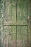 Puerta de madera verde vieja fotos de archivo libres de regalías