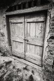 Puerta de madera vieja blanco y negro dramática Imagenes de archivo