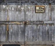Puerta de madera vieja bloqueada con la muestra Imágenes de archivo libres de regalías