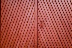 Puerta de madera vieja de Borgoña con cierre de la textura de la manija y del ojo de la cerradura fotografía de archivo
