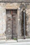 Puerta de madera vieja Casa hecha de piedras, madera, en Oliena, Nuoro, Cerdeña, Italia imagenes de archivo