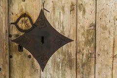 Puerta de madera vieja con el bloqueo Fondo Fotos de archivo
