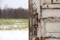 Puerta de madera vieja con el fondo nevoso imagen de archivo libre de regalías