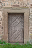 Puerta de madera vieja con el portal de piedra Imagen de archivo libre de regalías
