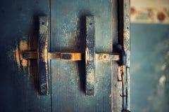 Puerta de madera vieja con el tirador de puerta Imagenes de archivo