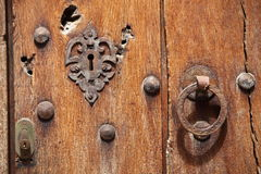 Puerta de madera vieja con la cerradura y la manija Foto de archivo