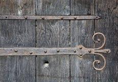 Puerta de madera vieja con la industria siderúrgica Foto de archivo