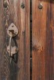 Puerta de madera vieja con la maneta Imagen de archivo libre de regalías