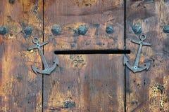 Puerta de madera vieja con la ranura de correo Imágenes de archivo libres de regalías