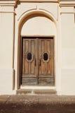 Puerta de madera vieja con las manijas del metal Foto de archivo libre de regalías