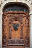 Puerta de madera vieja con los ornamentos Foto de archivo libre de regalías