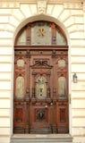 Puerta de madera vieja con los ornamentos Foto de archivo