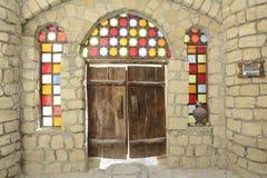 Puerta de madera vieja con los vidrios coloridos imagen de archivo