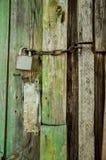 Puerta de madera vieja con una manija Imagen de archivo libre de regalías