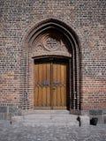 Puerta de madera vieja de la iglesia Imagen de archivo libre de regalías