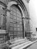 Puerta de madera vieja de la iglesia imagenes de archivo