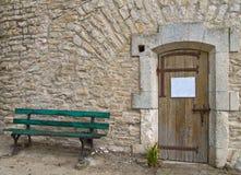 Puerta de madera vieja de un edificio medieval Imagen de archivo libre de regalías