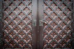 Puerta de madera vieja decorativa de la iglesia Fotografía de archivo libre de regalías