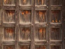 Puerta de madera vieja del castillo fotografía de archivo