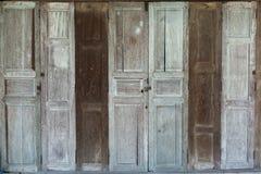 Puerta de madera vieja del hogar dilapidado Imagen de archivo libre de regalías