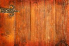 Puerta de madera vieja del vintage con la bisagra del metal Imágenes de archivo libres de regalías