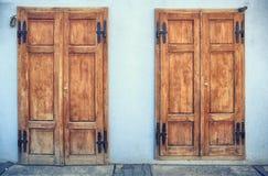Puerta de madera vieja dos en Sighisoara Imagen de archivo libre de regalías