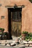 Puerta de madera vieja en la pared del adobe, Santa Fe Foto de archivo