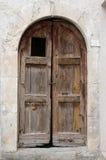 Puerta de madera vieja en la región de Abruzos, Italia foto de archivo