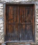 Puerta de madera vieja en una pared de piedra Fotografía de archivo