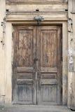 Puerta de madera vieja hermosa con un visera fotografía de archivo
