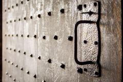 Puerta de madera vieja pesada del castillo con los pernos prisioneros Foco suave y hecho excursionismo fotos de archivo libres de regalías
