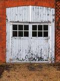 Puerta de madera vieja rústica hermosa del garaje fotografía de archivo