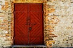 Puerta de madera vieja, roja Imagen de archivo libre de regalías